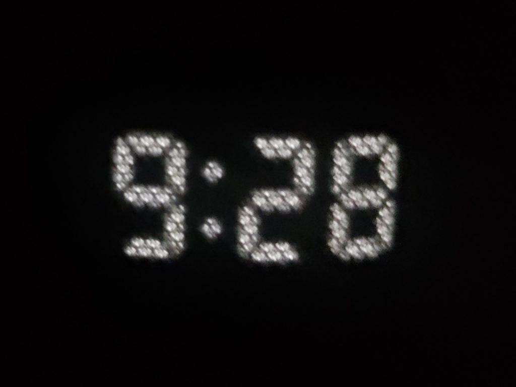 真っ暗な中のEcho Dot with clock